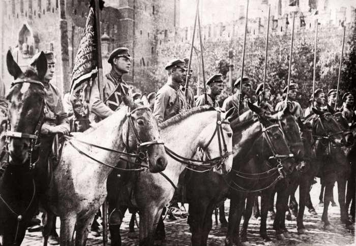 Парад Красной Армии в Москве проходивший во время голода и разрухи в стране. СССР, 1922 год.