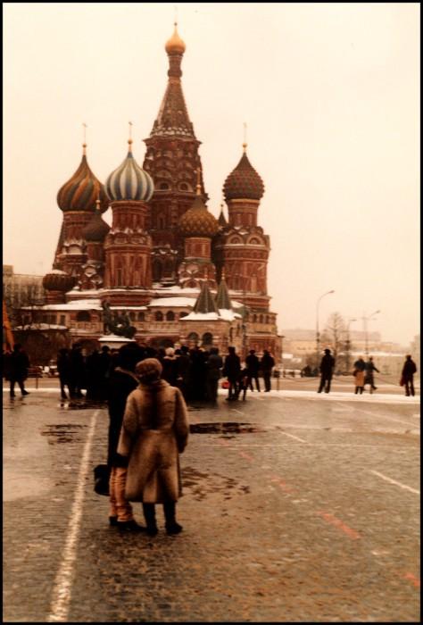 Туристы возле Собора Василия Блаженного на Красной площади. СССР, Москва, 1985 год.