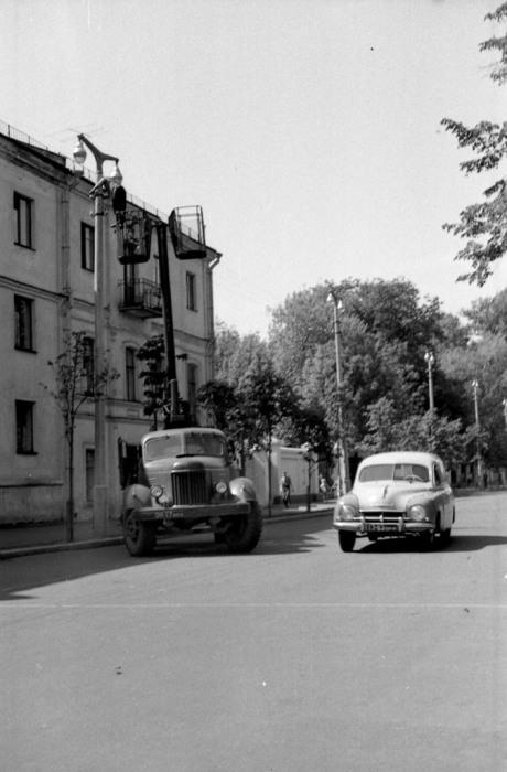 Замена ламп уличного освещения. СССР, Ярославль, 1970-е годы.