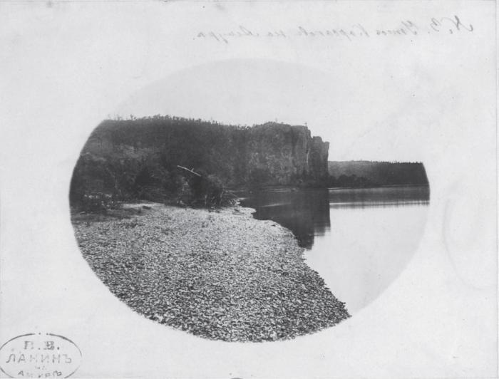 Утес вблизи реки Амур. Россия, 1880 годы.