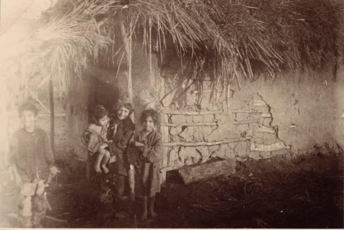 Дети из цыганского табора. СССР, 1942 год.
