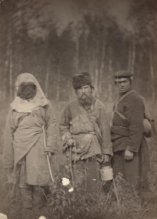 Беглые каторжники, живущие далеко в горах.