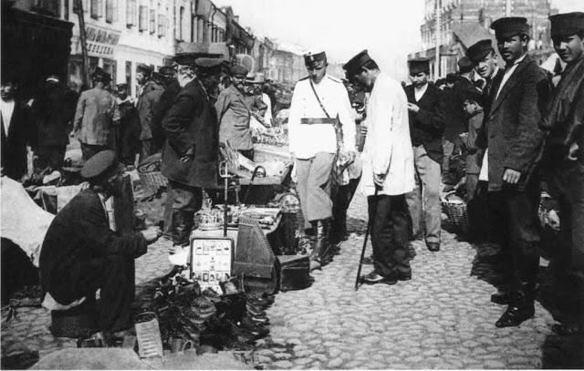 Полицейские в одном из торговых рядов. Россия, Москва, 1900-е годы.