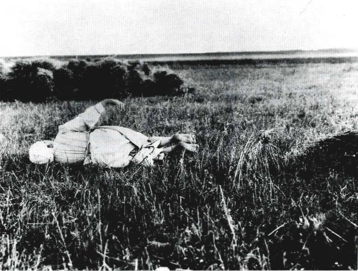 Женщина катается по окончании жатвы. Рязанская губерния, Косимовский уезд, 1914 год.
