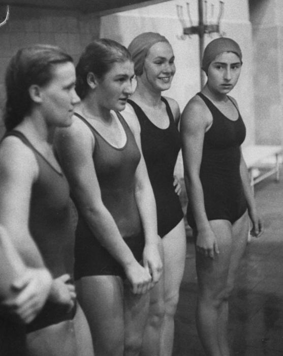 Русские пловчихи на тренировке. СССР, Москва, 1956 год.