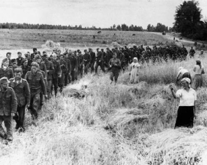 Женщина показывает кукиш немецким военнопленным в 1944 году.
