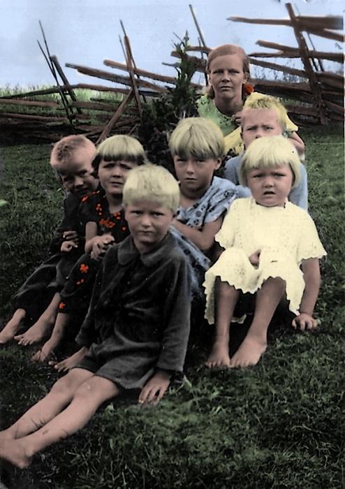 Колоризированная фотография детей в оккупированном селе. СССР, 1942 год.