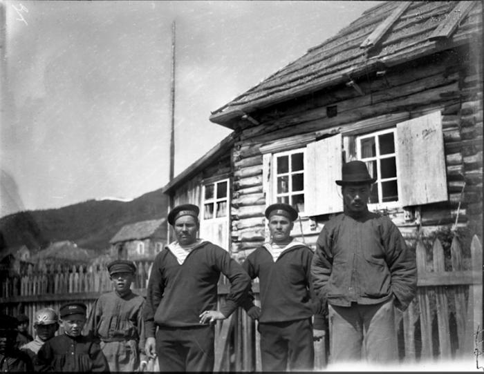 Моряки с местным жителем. Россия, Сибирь, 1901 год.