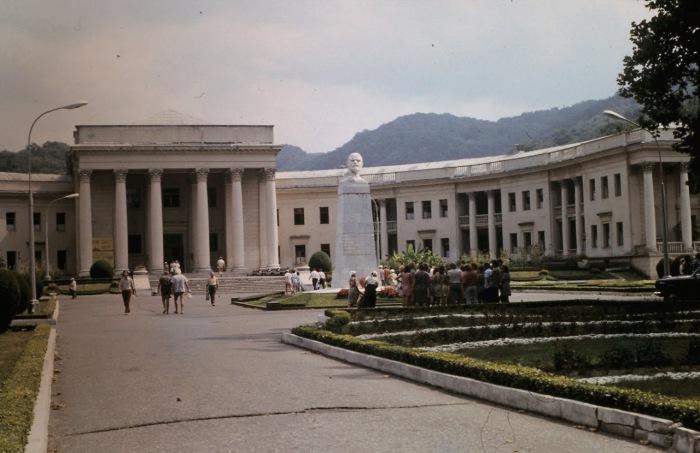 Памятник Ленину на территории санатория в Мацесте. СССР, Сочи, 1974 год.