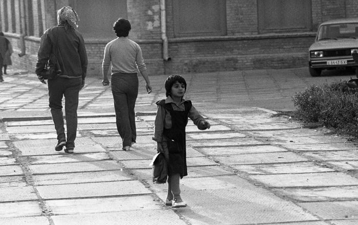 Девочка, идущая домой после учебы.  СССР, Узбекистан, Бухара, 1984 год.