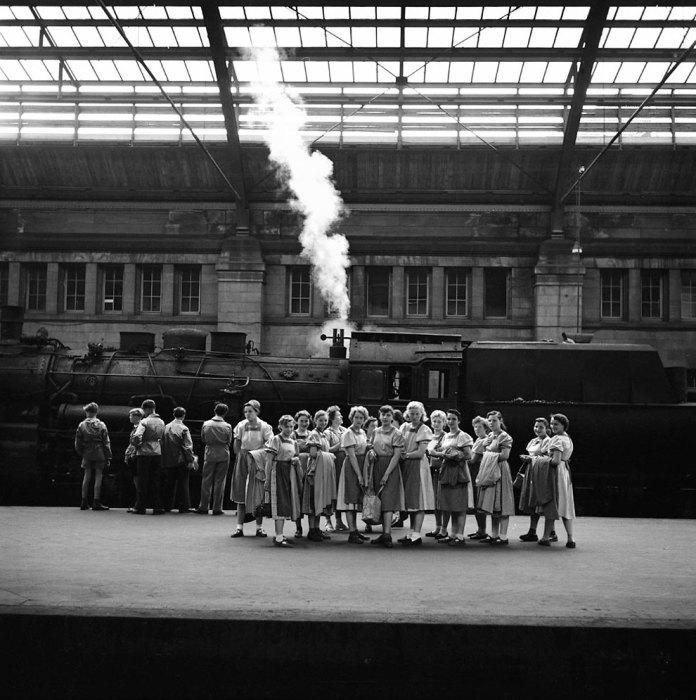 Школьницы на перроне. Германия, 1956 год.