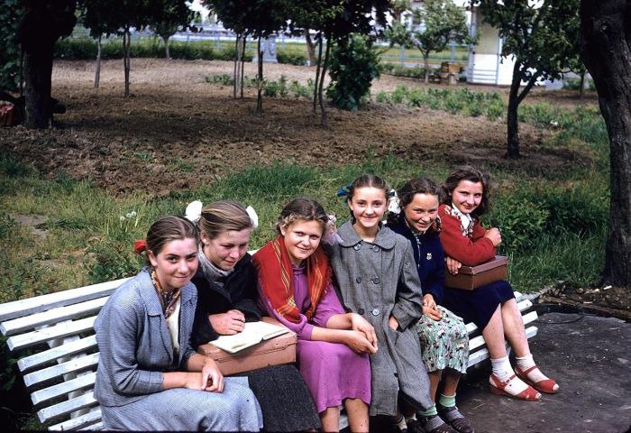Школьницы после учебы. СССР, Киев, 1959 год.