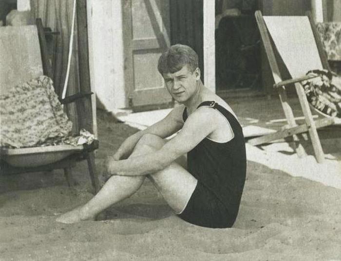 Сергей Есенин на пляже во время заграничного путешествия по Европе с Айседорой Дункан, 1922 год.