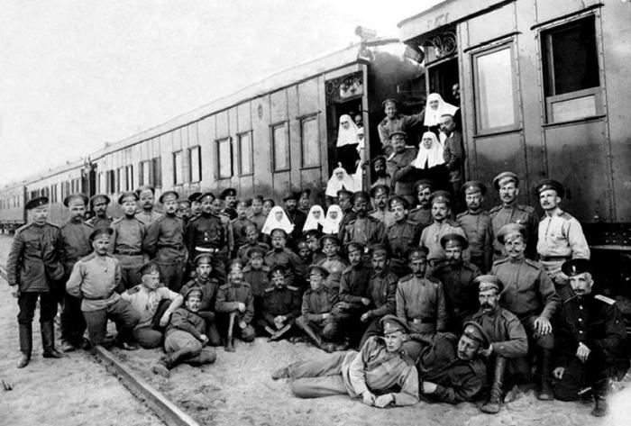 Сергей Есенин среди военнослужащих санитарного поезда № 143.