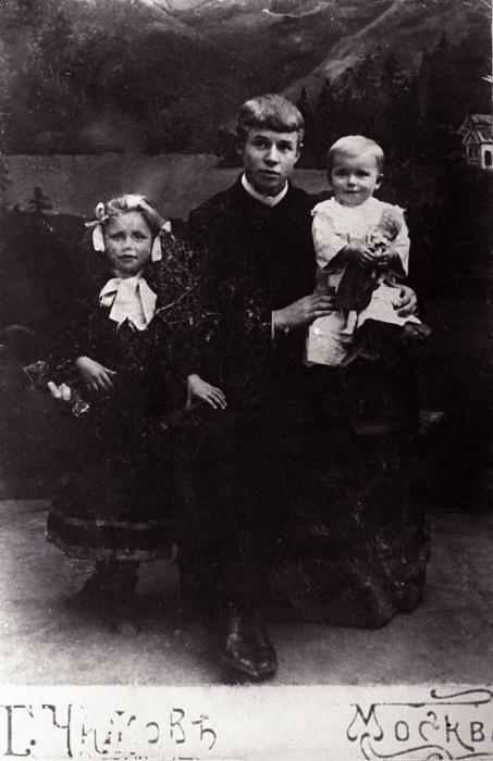 Сергей Есенин со своими сестрами, 1912 год.