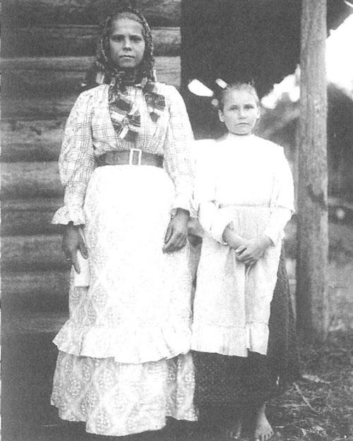 Старшая и младшая сестра в праздничной одежде. Ярославская губерния, Пошехонский уезд, Софроновская вол., деревня Овинчищи, 1915 год.