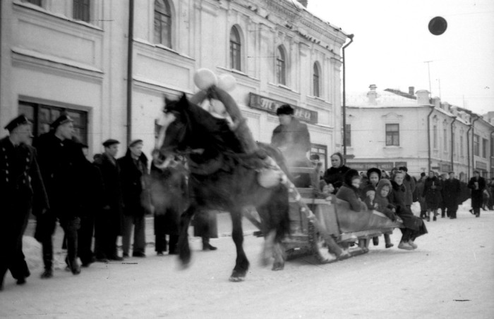 Катание детей на санях. СССР, Ярославль, 1950-е годы.