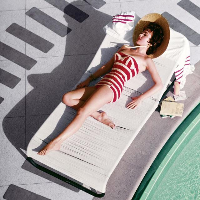 Известная британская актриса Мара Лейн отдыхает у бассейна. США, Лас-Вегас, 1954 год.