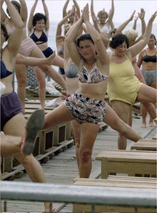 Утренняя гимнастика для отдыхающих в санатории. СССР, Сочи, 1963 год.