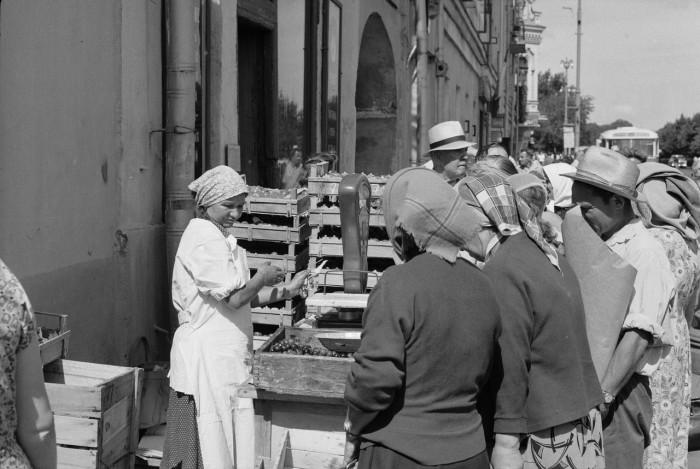 Уличная торговля виноградом на Сокольнической площади. СССР, Москва, 1961 год.