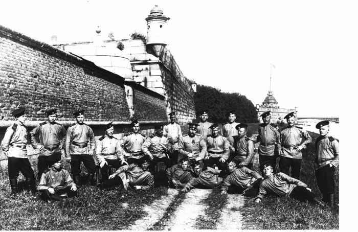 Солдаты и офицер у Петропавловской крепости. Россия, 1911 год.