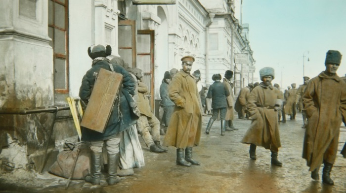 Солдаты на железнодорожной станции в Омске.