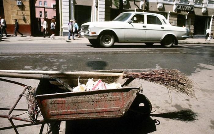 Утренняя уборка территории на улице Карла Маркса. СССР, Иркутск, 1988 год.