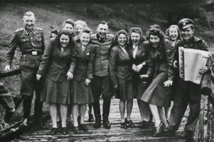 Охрана концентрационного лагеря Освенцим на отдыхе в 1942 году.