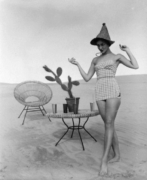 Девушка в купальнике по среди пустыни. 1960-е годы.