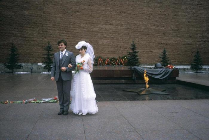 Молодожёны у Могилы Неизвестного Солдата. СССР, Москва, 1989 год.