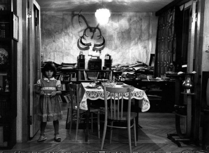 Маленькая девочка ждёт гостей, которые должны придти к родителям, 1989 год.