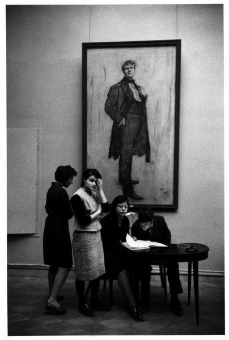 Студенты в художественном музее в Москве, 1965 год.