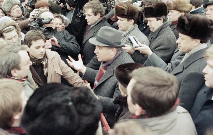 Президент СССР Михаил Горбачев в центре толпы. Литва, Вильнюс, 11 января 1990 года.