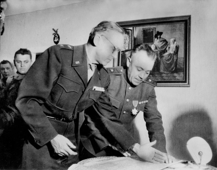 Советские и американские генералы у карты. Район реки Эльбы. 1945 год.