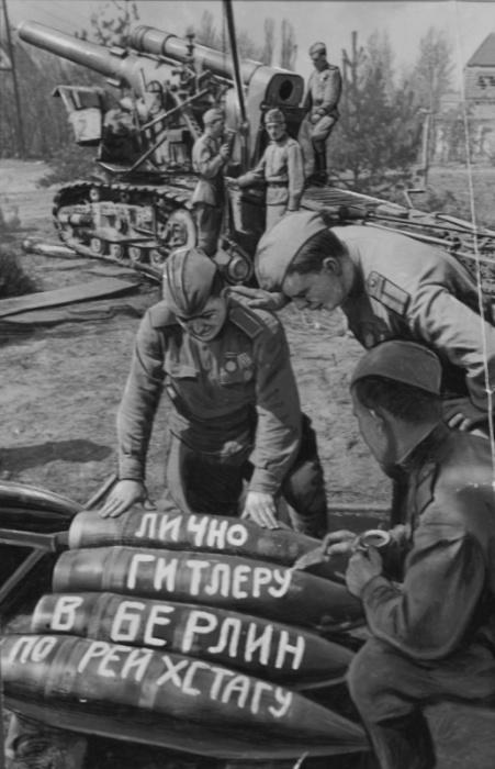 Советские артиллеристы пишут послания на снарядах.
