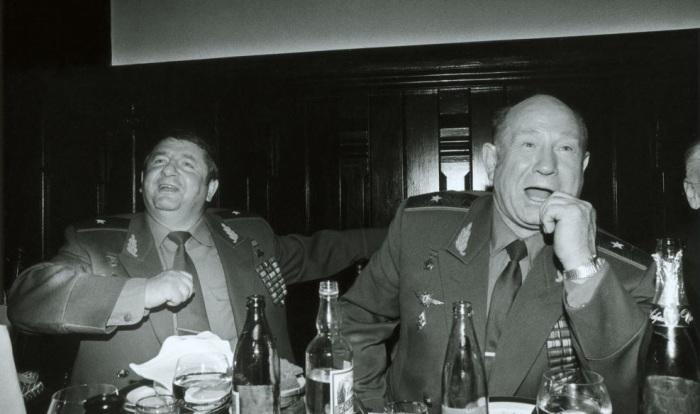 Советские космонавты Петр Климук и Алексей Леонов. СССР, начало 1990-х годов.