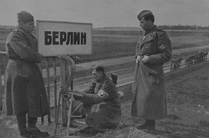 Советские регулировщики устанавливают табличку перед мостом на въезде в Берлин.