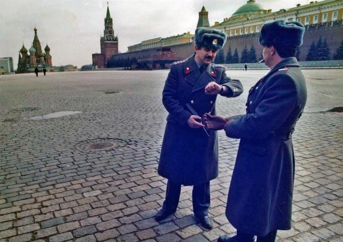 Милиционеры патрулируют Красную площадь в Москве, 27 марта 1991 года.