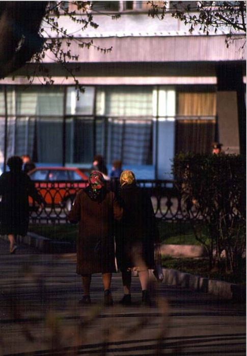 Пожилые женщины, идущие по своим делам. СССР, Иркутск, 1988 год.
