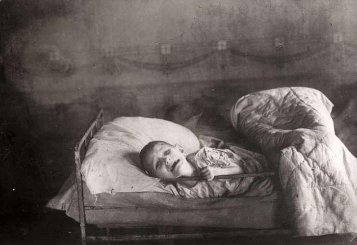 Плачущий от голода ребенок. СССР, Поволжье, 1922 год.