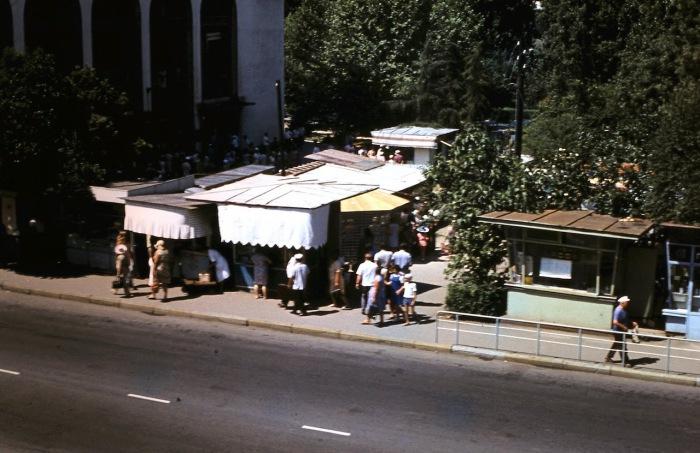 Рынок неподалеку от центрального вокзала. СССР, Сочи, 1974 год.