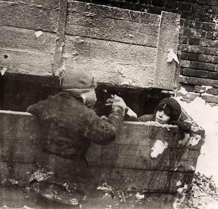 Беспризорники, ночевавшие в обледеневшем подвале. СССР, 1923 год.