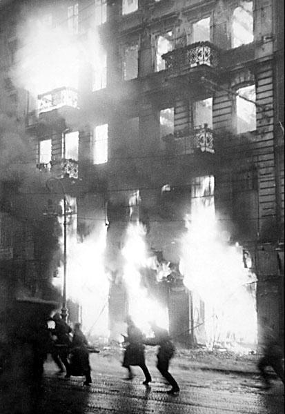 Пылающее здание. Уличные бои в Берлине, 1945 год.