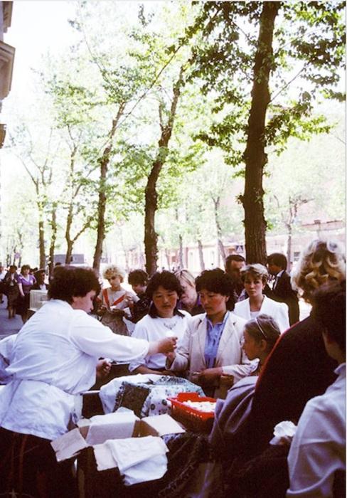 Уличная торговля на улице Карла Маркса. СССР, Иркутск, 1988 год.