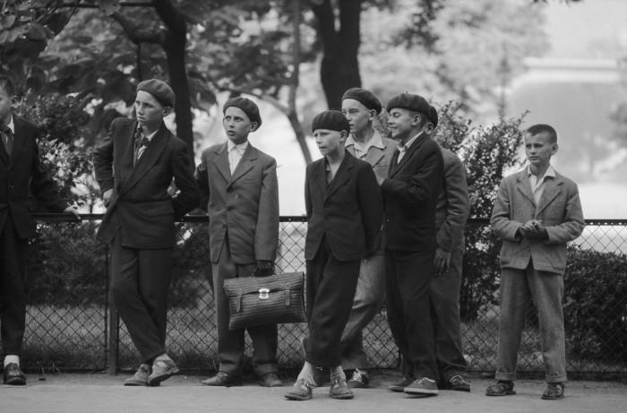 Школьники в ожидании автобуса. СССР, Москва, 1961 год. СССР, Москва, 1961 год.