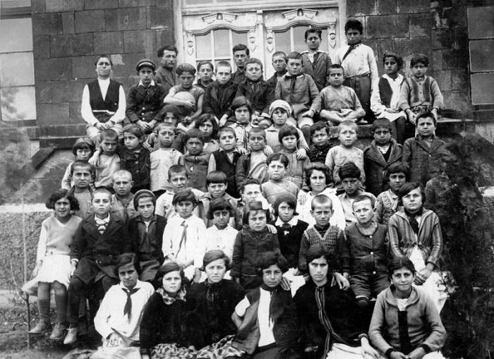 Школьники возле входа в школу в Нубарашене. 1930 год.