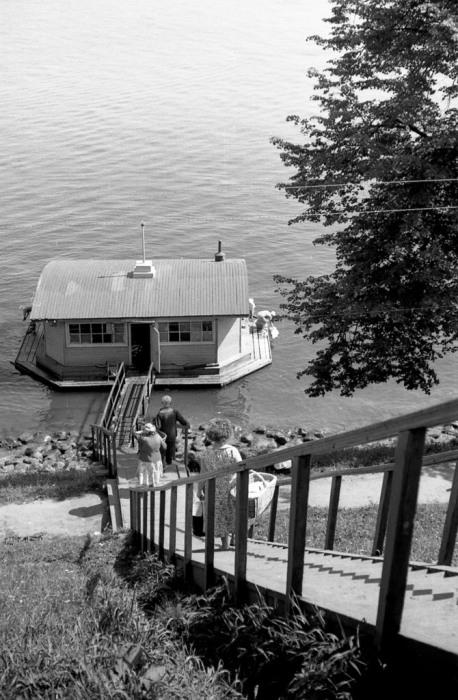 Летняя прачечная на берегу реки. СССР, Ярославль, 1970-е годы.