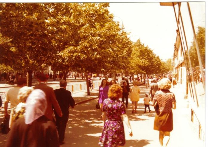 Одесситки, идущие по улице в летних платьях. СССР, Одесса, 1976 год.