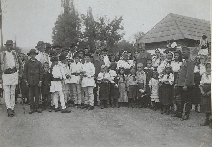 Офицеры и командиры с местными жителями, в воскресенье утром. Галиция, начало 20 века.