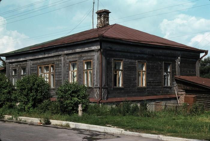 Типичный деревянный дом в одном из поселков. СССР, Суздаль, 1975 год.